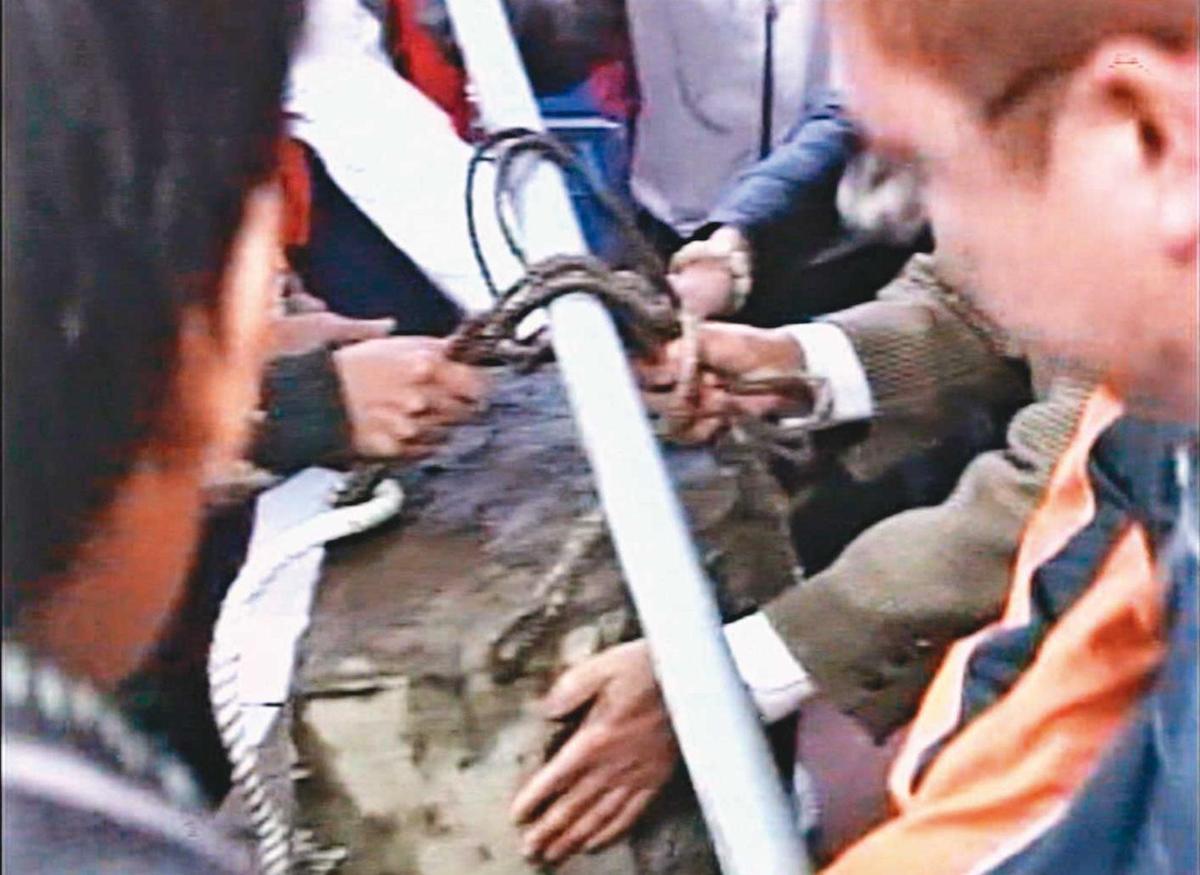 檢警焚香祭拜後,順利將封屍的水泥塊從深溝中搬上來。(東森新聞提供)