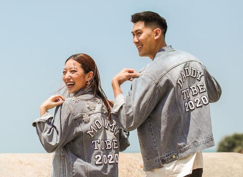 毛加恩的老婆羅雯同時也宣布了喜訊,還在文裡標註他倆身上的牛仔夾克是自家品牌新品,很會打廣告。(翻攝自羅雯IG)