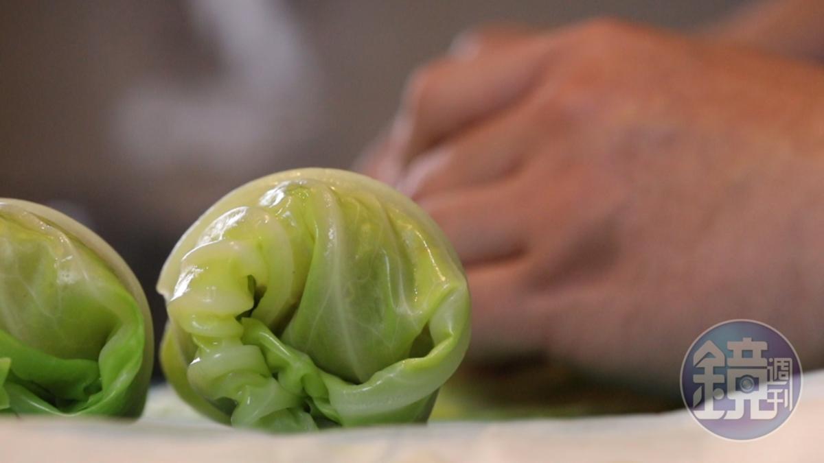 菜梗收口處朝下,就能包出漂亮形狀。