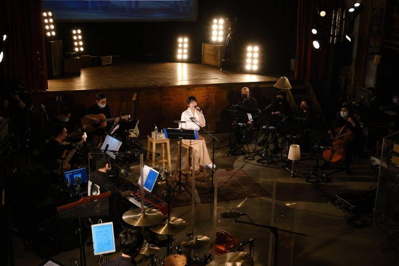劉若英昨晚於網上舉行《劉若英陪你線上演唱會》,特地選在新竹內灣戲院開唱。(相信音樂提供)