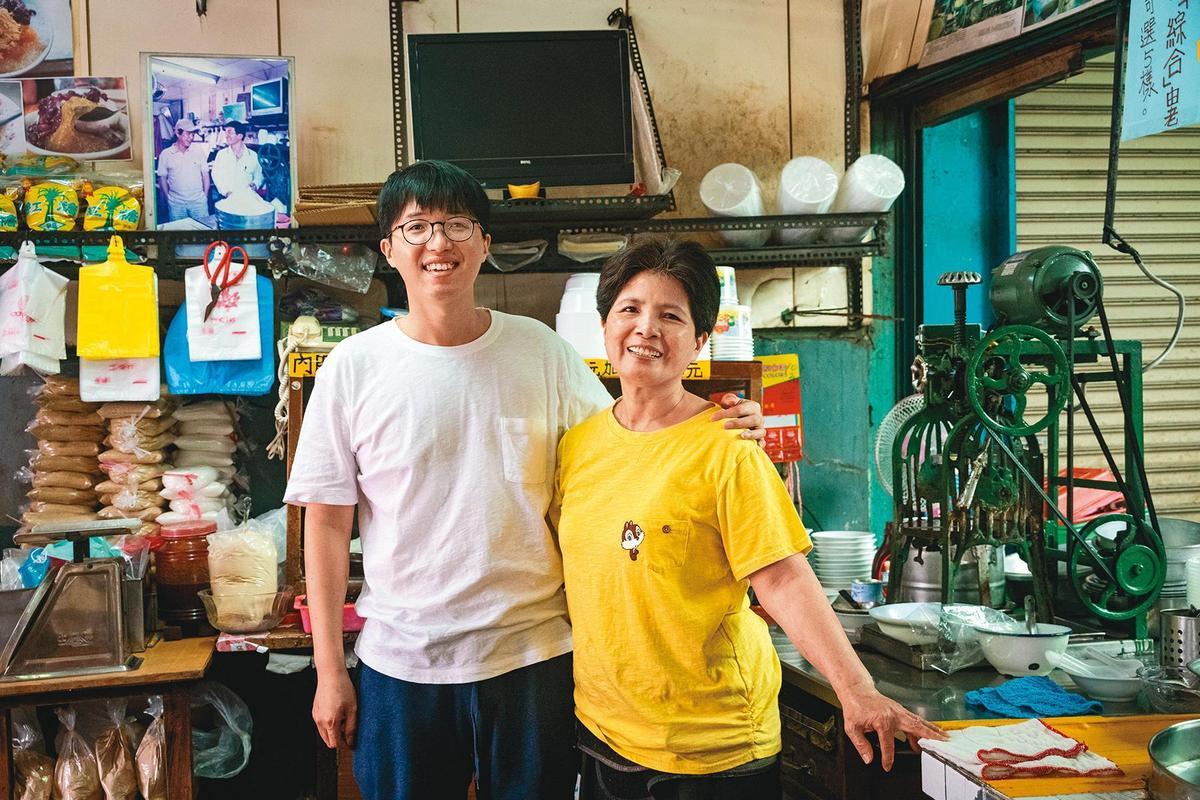 第4代主人楊竣翔(左)與媽媽朱淑美(右)一起經營在市場開了70年的傳統冰店。