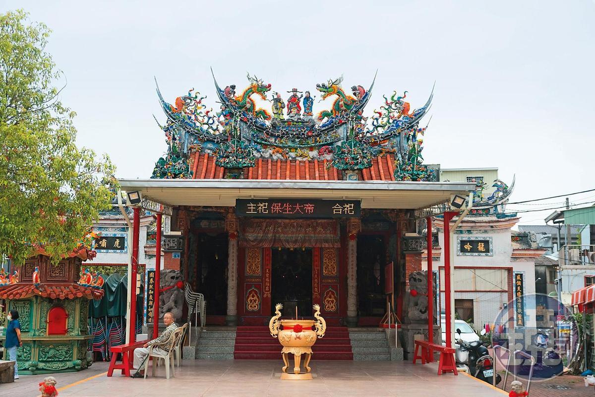 李子維騎機車去買的白糖粿,就位於 台南安平妙壽宮對面。
