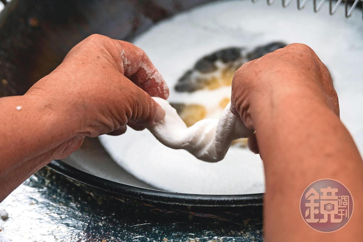 將糯米粉揉成的麵糰放入油鍋,幾分鐘內就可起鍋。