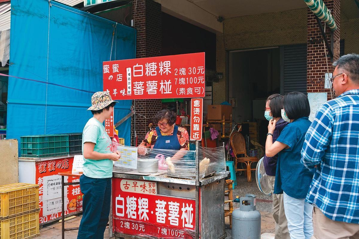 「蜜蜜的店」平日也有不少老客人上門。