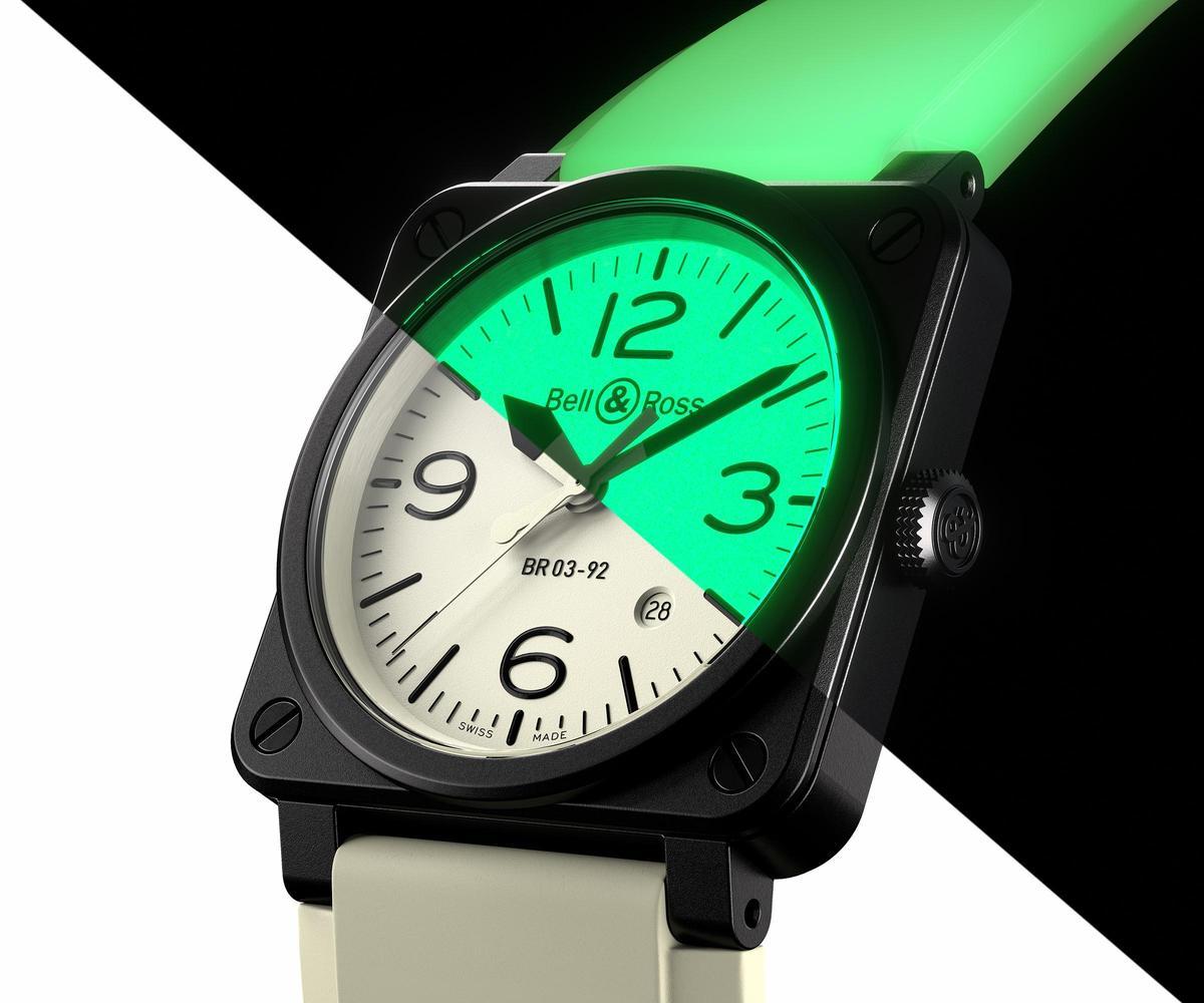 要比夜光面積,誰能贏過BELL & ROSS BR03-92 Full Lum?包括整個面盤、甚至錶帶都有夜光效果,超級招搖!全球限量250只,定價NT$129,000。