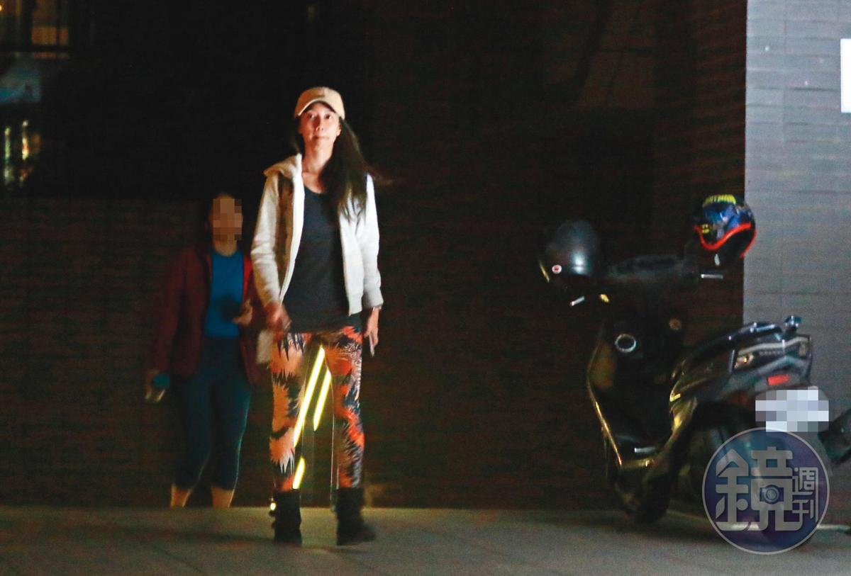 22:34 教課一個小時之後,林韋君換了衣服走出教室。