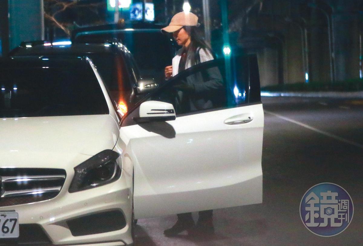 22:35 林韋君開著百萬賓士車返家,車牌號碼是她的生日6月7日。