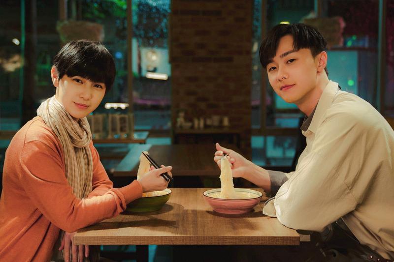 MV中的施柏宇和魏嘉瑩因緣際會認識後,常在深夜碰面互相加油打氣。(小魏工作室提供)