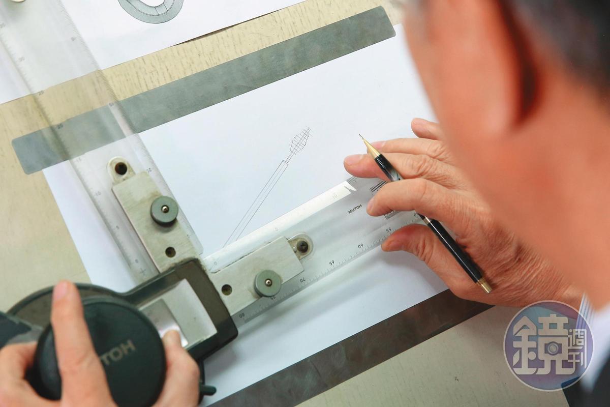 德晃推出的2代牙籤刷,都是許溫德自己繪圖設計,再交由專業人員微調開模製造。