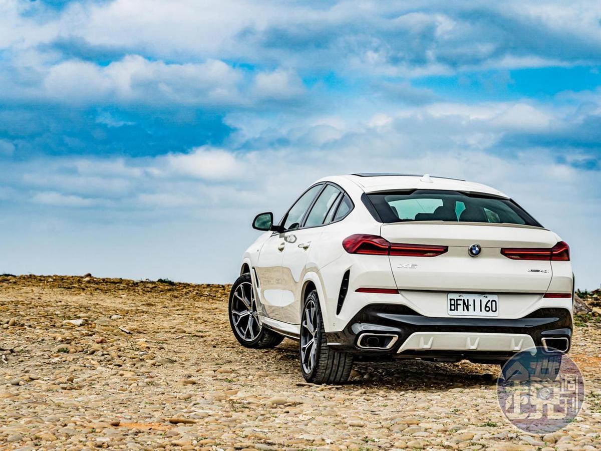 大膽的車尾設計是全新世代BMW X6最聚焦的部份,流線型的斜背設計則源自全新8系列雙門跑車獨有的帥氣風範!
