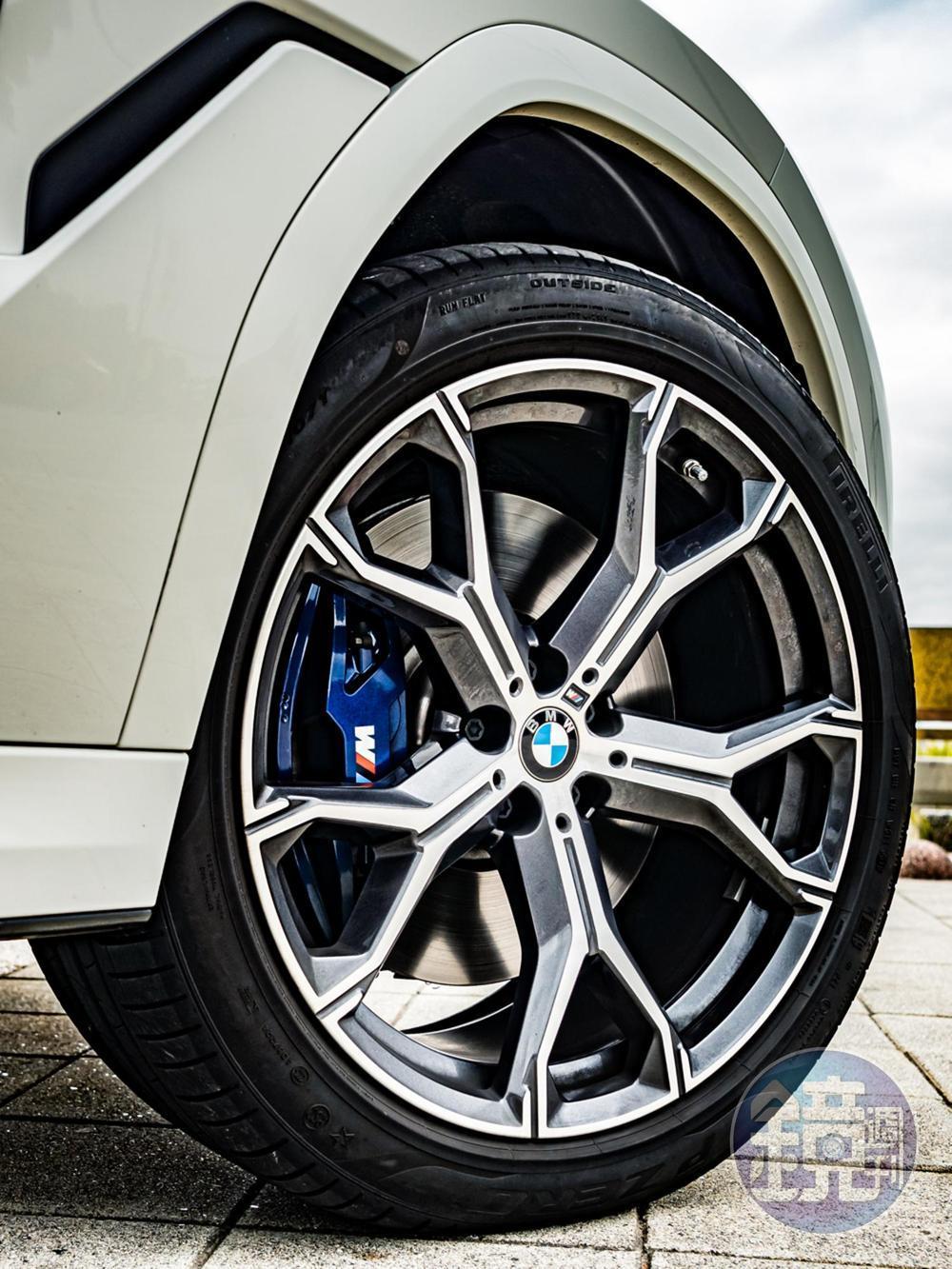 額外選配的21吋M款Y幅式741M輪圈(6.6萬元)。