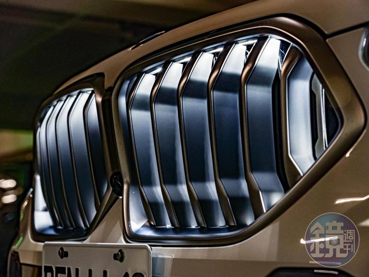 全新設計的「LED飾光水箱護罩」在引擎開啟/關閉、或行進間會投射出豐富變化的LED光影。