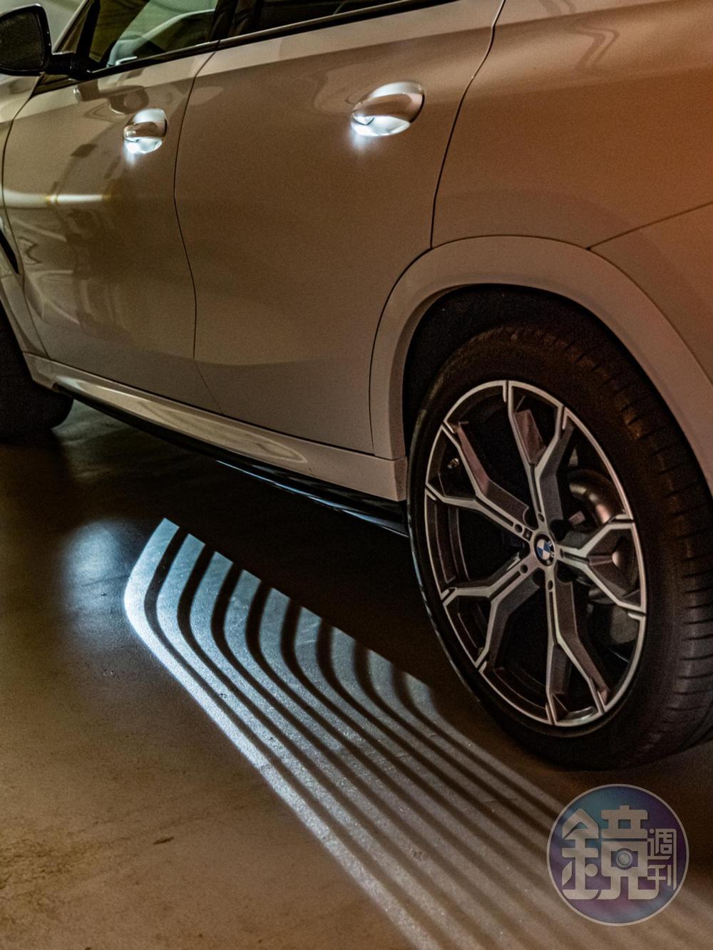 當車主身上攜帶鑰匙並距離車輛3公尺時,會主動開啟環艙氣氛燈組與迎賓光毯。