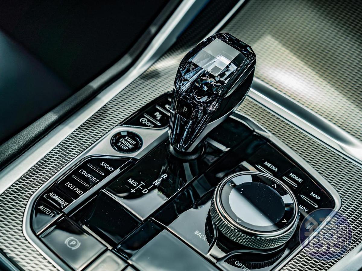 頂級水晶中控套件搭配鑽石切面的頂級水晶排檔桿及功能按鍵,塑造尊貴高雅的風采。