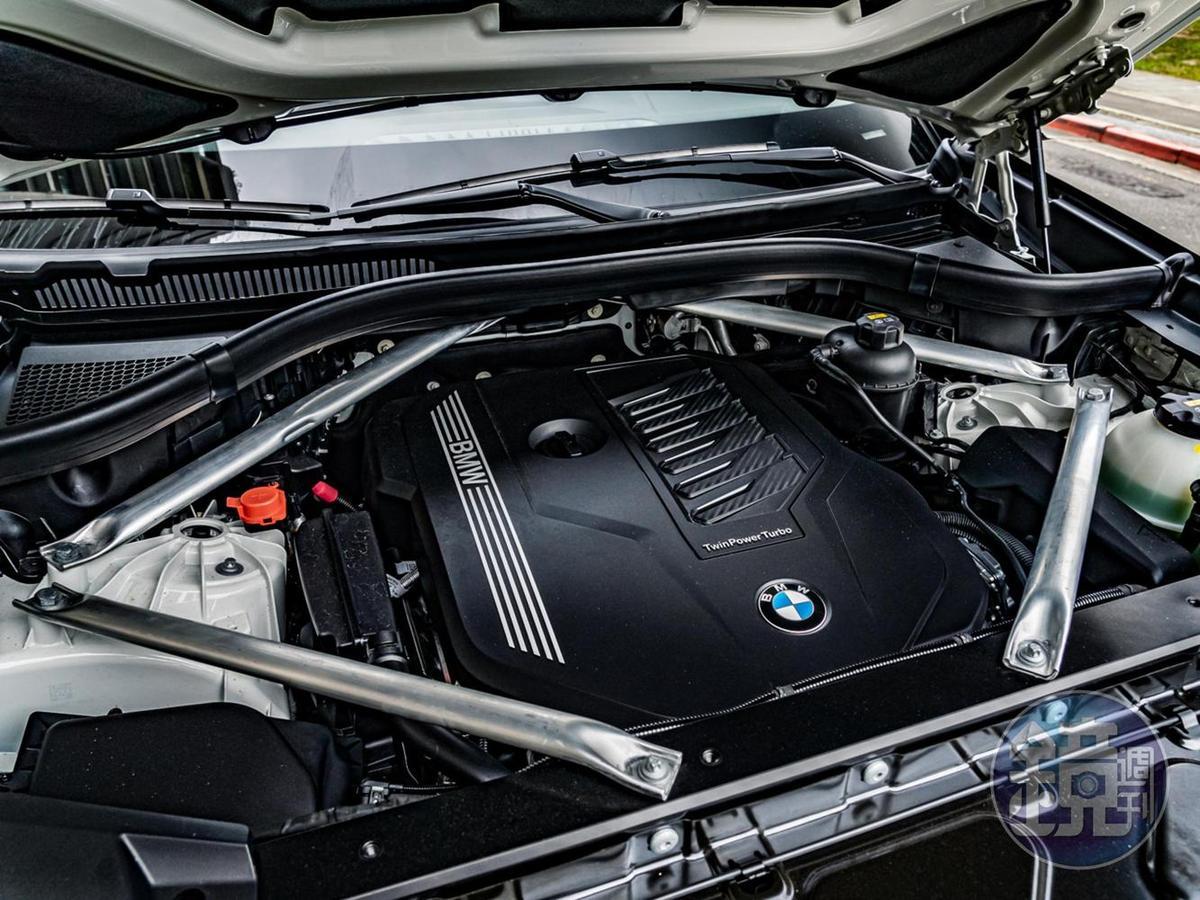 搭載3.0升TwinPower Turbo直列六缸汽油引擎,具備先進的BMW EfficientDynamics 高效動力科技、最新燃油噴射科技、以及雙 VANOS完全可變汽門正時控制系統。