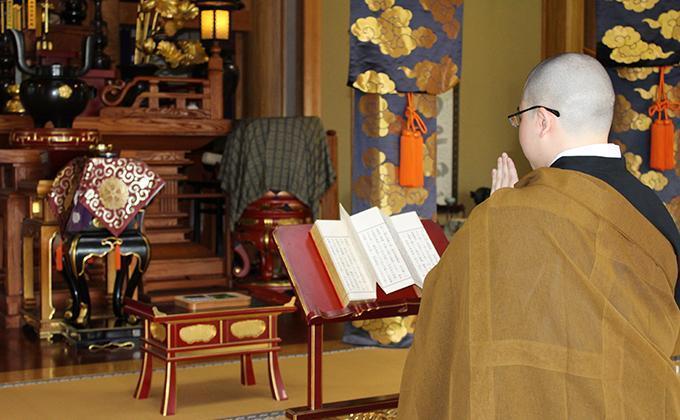因應新冠肺炎疫情,日本喪葬業者開始提供網路葬禮直播、師父手機誦經,甚至是先火化後辦告別式的「後葬」服務。(翻攝自日本喪葬業者Sumabou網頁)