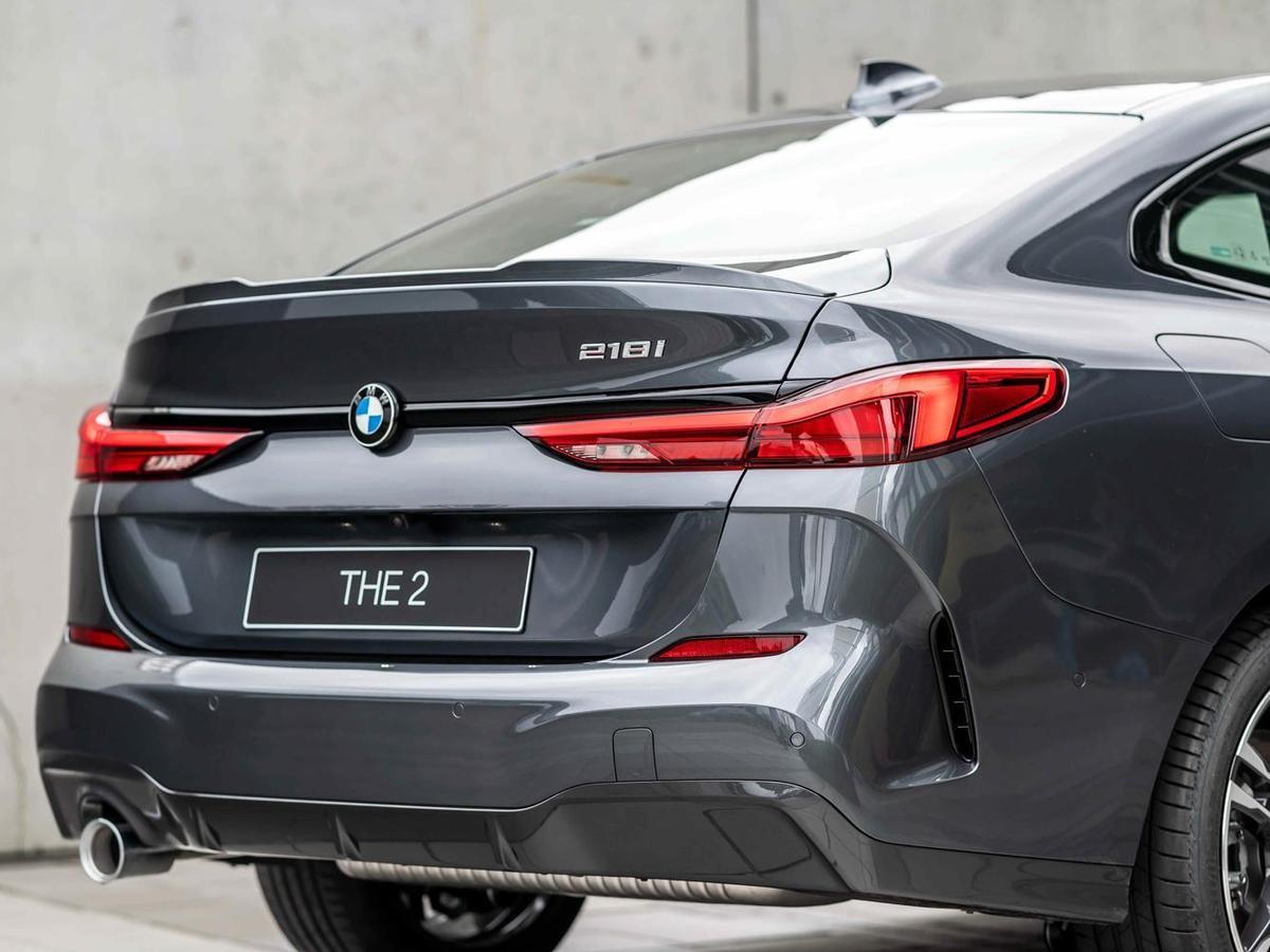 車尾承襲旗艦跑車BMW 8系列Gran Coupé富有線條的多層次設計,凸顯出全新首創BMW 2系列Gran Coupé優雅動感的車尾輪廓。