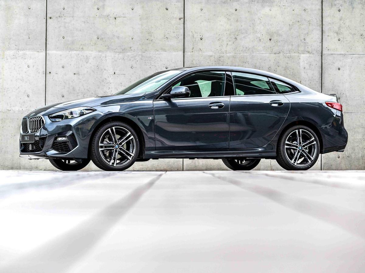 僅限量100台的BMW 218i M Sport外觀上標準配備M款空力套件、M款擾流尾翼、M款專屬輪圈與M字樣車側銘牌,展現時尚跑格的運動氣息。