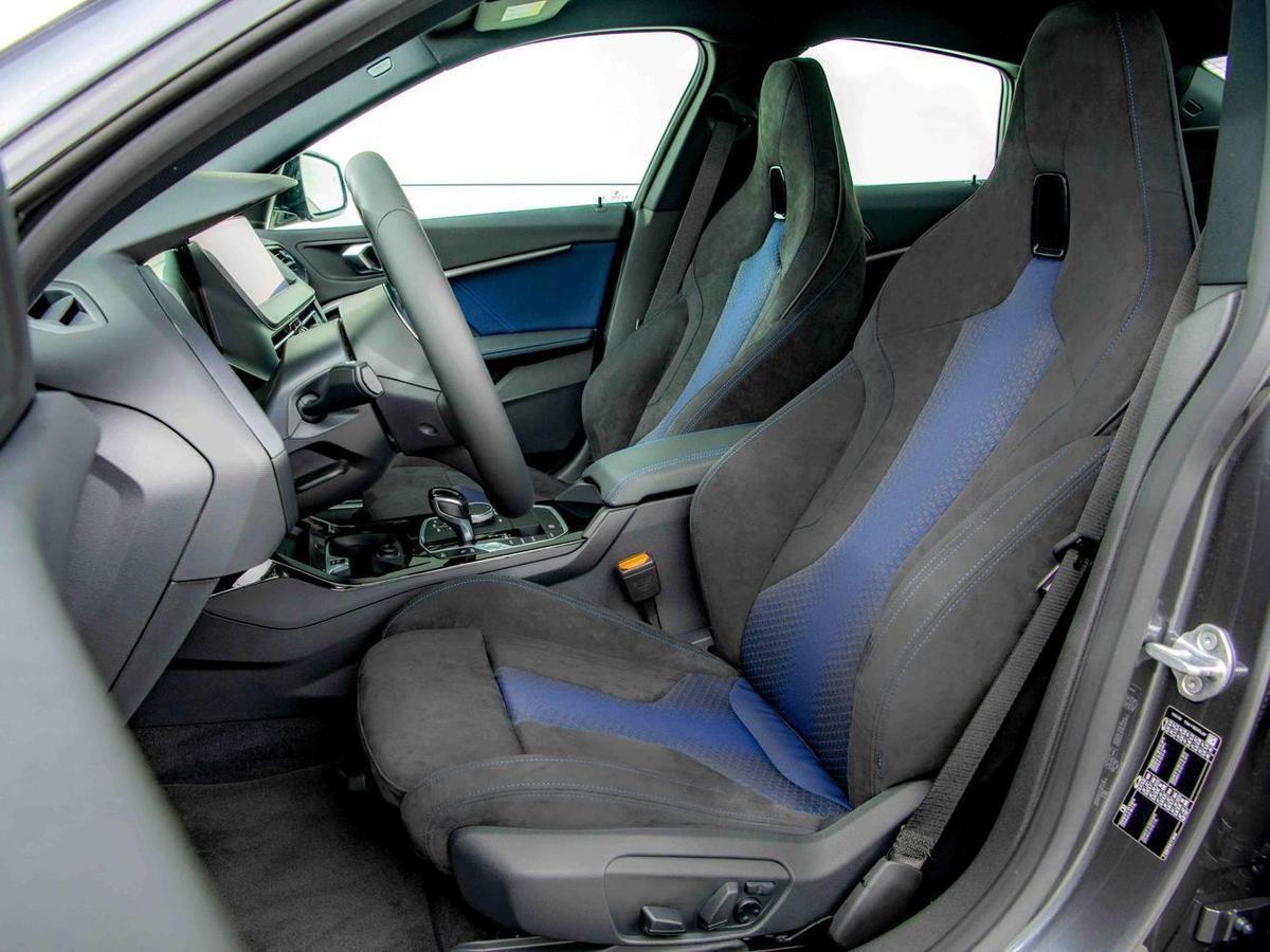 Alcantara麂皮桶型M款雙前座跑車座椅,搭配M款多功能真皮方向盤,完整釋放BMW M的熱血賽道基因。