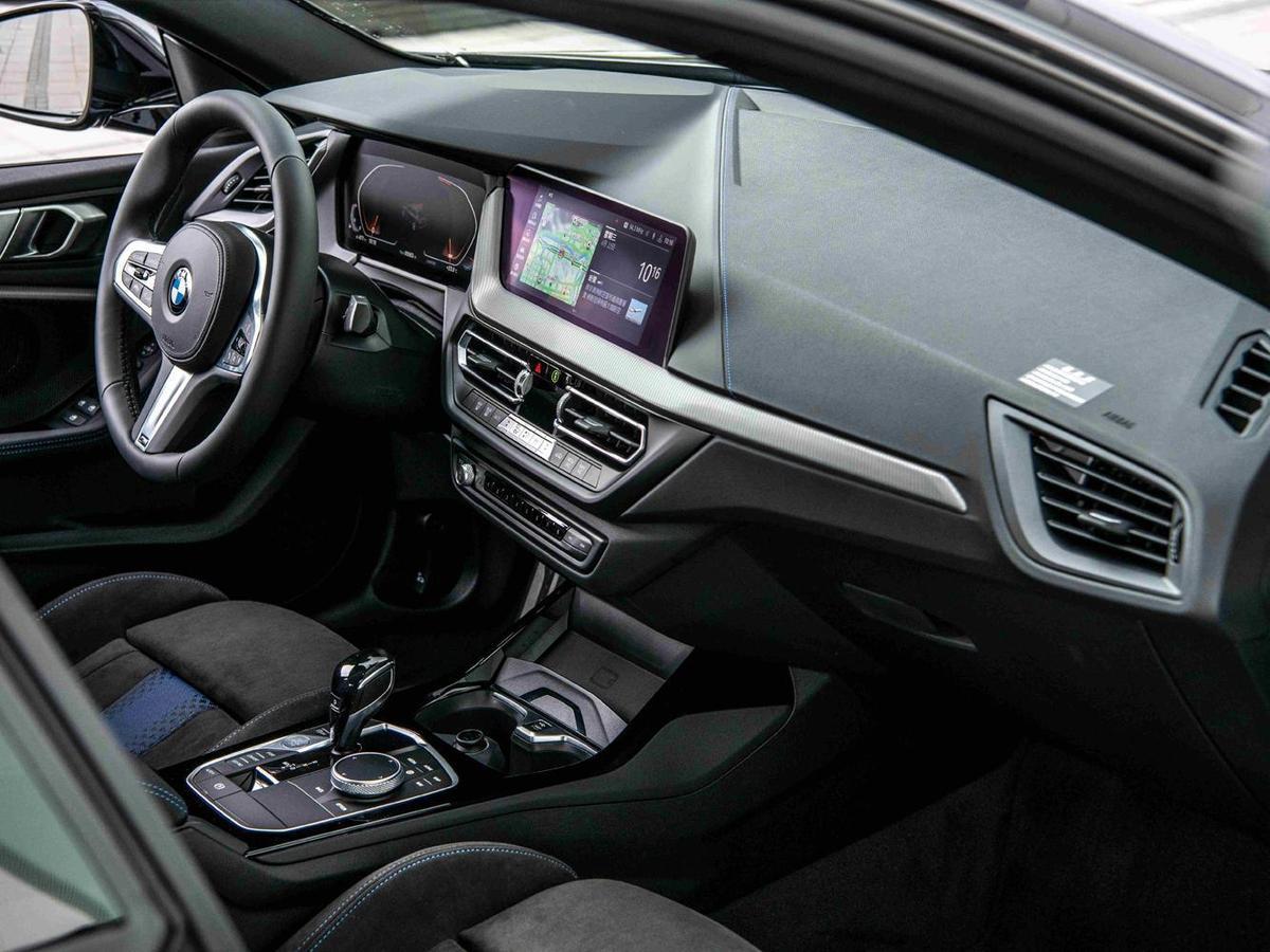 BMW全數位虛擬座艙,整合10.25吋虛擬數位儀錶與10.25吋中控觸控螢幕,提供車主輕鬆、便利的行車生活。