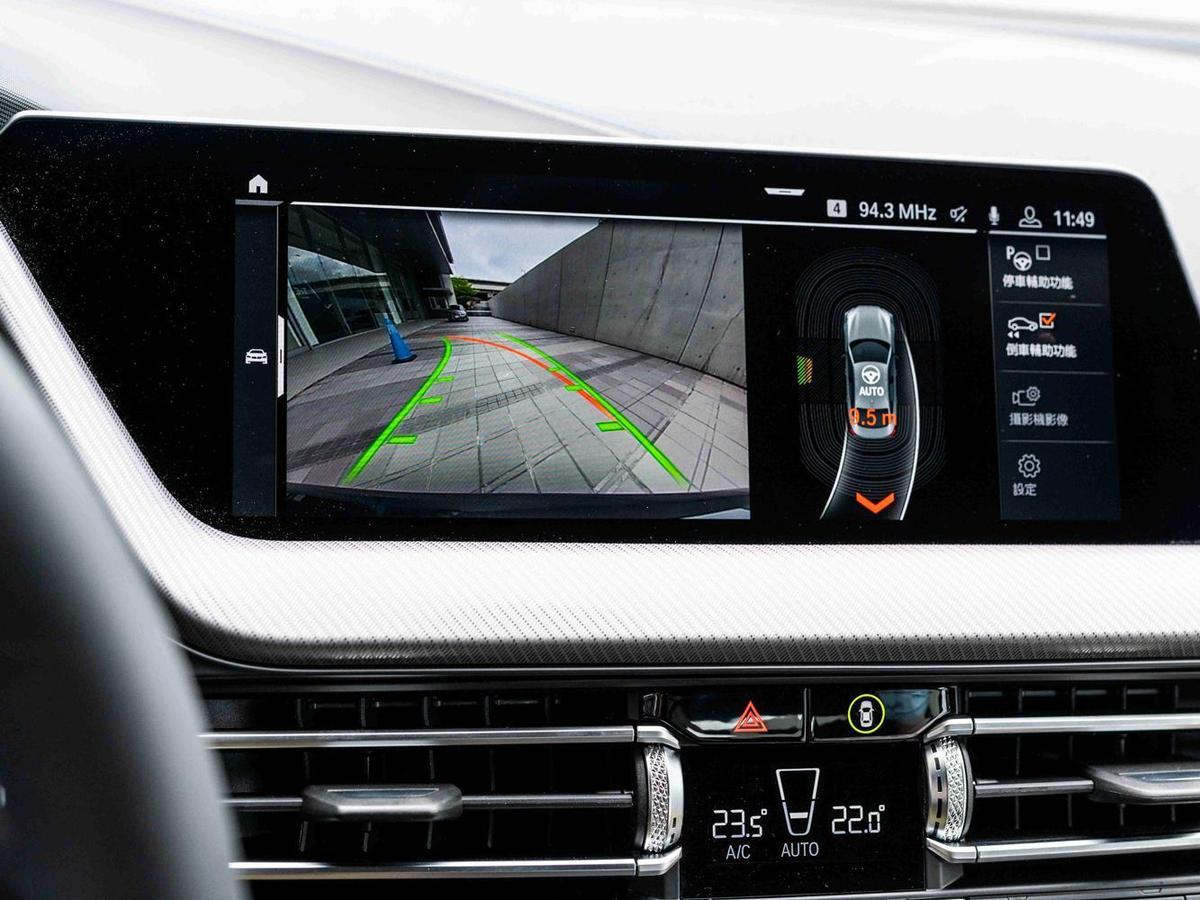 全新首創BMW 2系列Gran Coupé標準配備BMW Personal CoPilot智慧駕駛輔助科技,其中自動倒車輔助系統使窄巷會車不再是件難事,即使是新手上路也能輕鬆攻克艱難路徑。