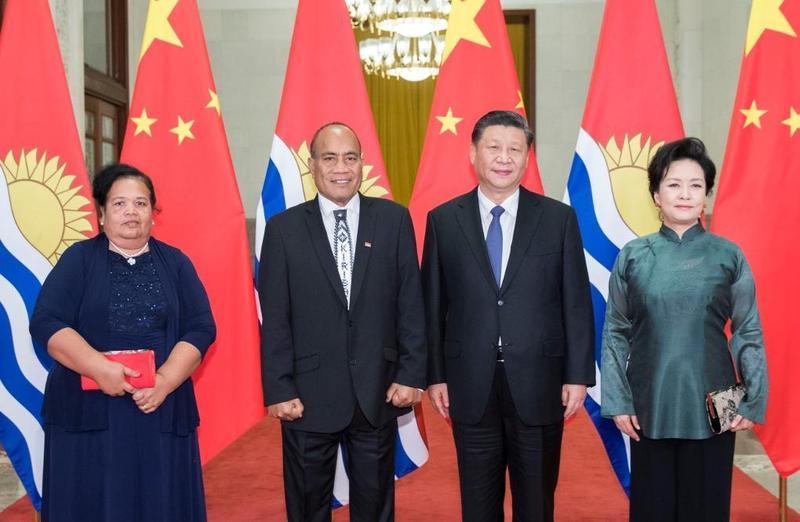 吉里巴斯總統馬茂(左2)轉向與中共建交,年初赴中與習近平會面,簽署「一帶一路」等協議。(翻攝自中華人民共和國外交部官網)