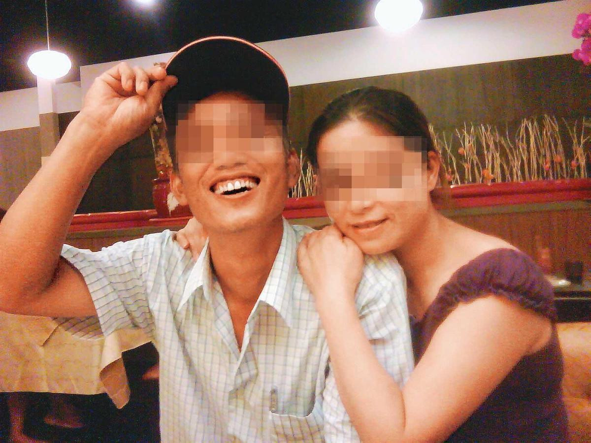 華女(右)與前夫許男(左)為貸款假離婚,但感情融洽,仍同住一起。(翻攝畫面)