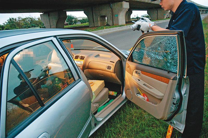 鑑識人員發現彈殼落在車內,死者毫無反抗跡象,直覺案情不單純。(翻攝畫面)