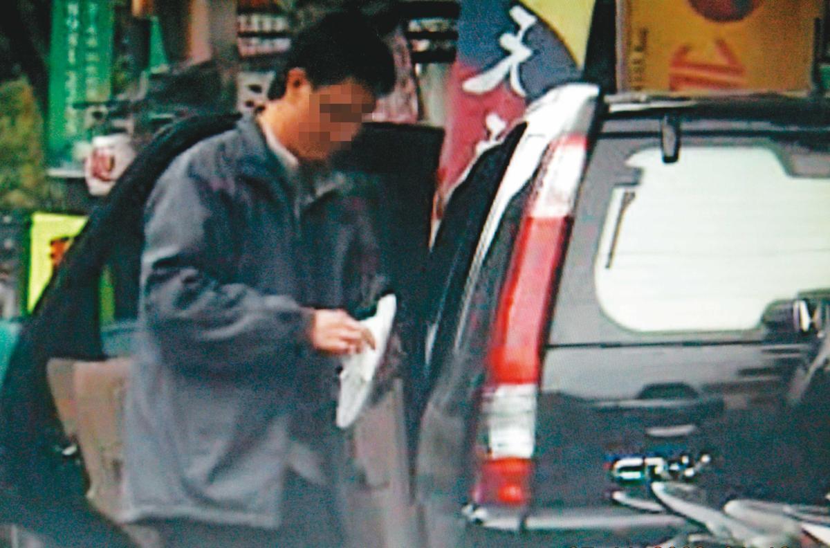 華女車上留有寫著「交流道」等字樣的碎紙,華兄承認是他所寫。(翻攝自畫面)