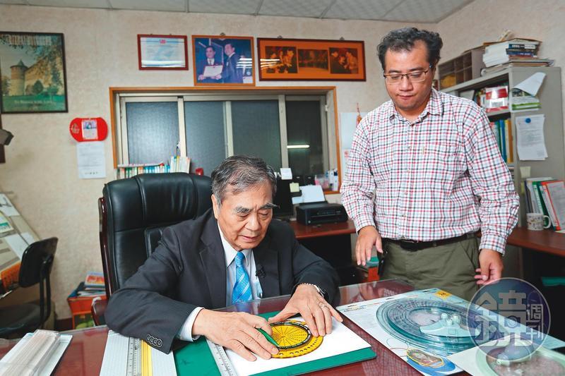 許溫德(左)的大兒子許琦雷當完兵就進公司幫忙,目前負責新產品設計研發。