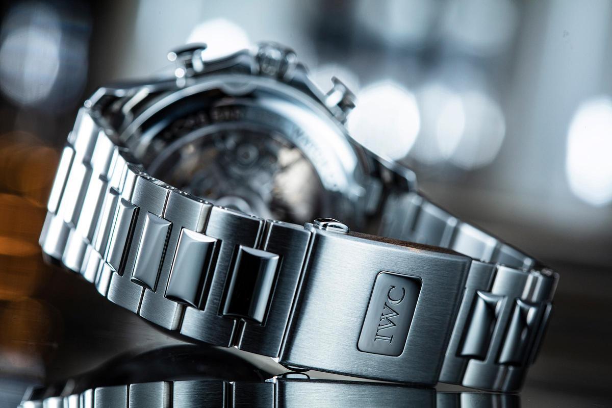 IW3907的鏈帶質感相當好,另外還配有微調系統,可透過按壓錶扣上的Logo調整,最多可調整一個鏈節的長度。