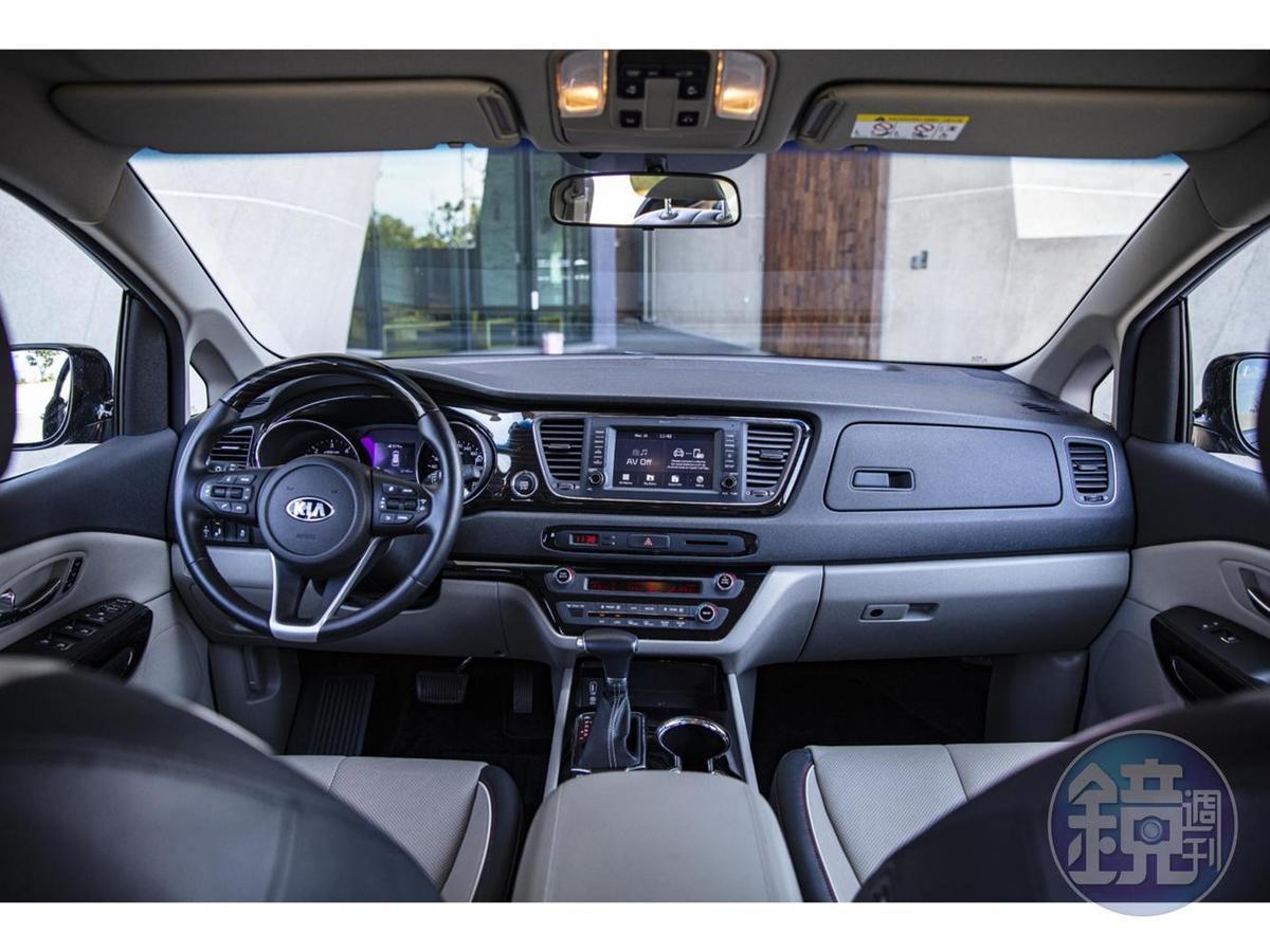 內裝以水平形式雙色配色增加視覺更開闊的感受,駕駛座艙更備有完整多工、符合人體工學的實用設計。