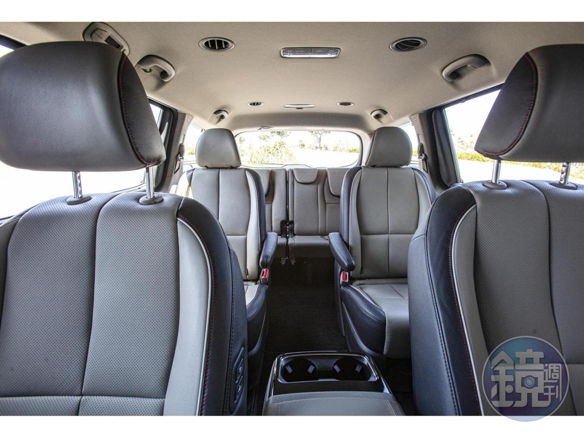 以標準MPV 7/ 8位成人座位設定,並採用劇院式座椅設計,確保每一排乘員都能享有極佳的視野和乘坐感受,提供座車亦能享有超廣體商務艙的體驗。