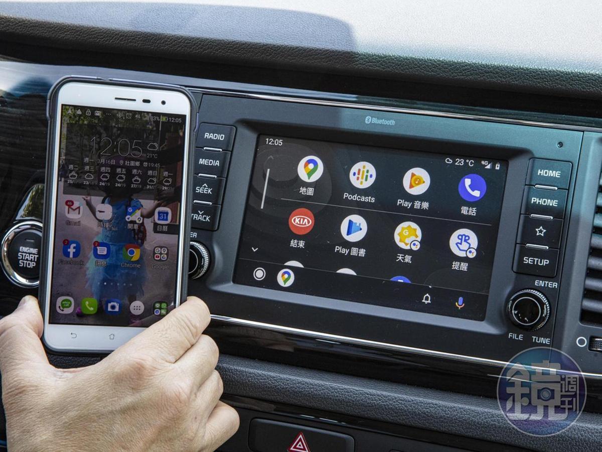 中控檯搭載7吋多媒體影音觸控系統,系統整合藍芽娛樂通訊,更支援無線手機充電、Apple CarplayTM及Android AutoTM等機能。