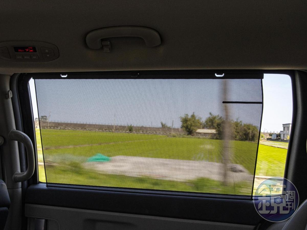 備有第二/三排後座側窗遮陽簾,提供專屬私密空間。