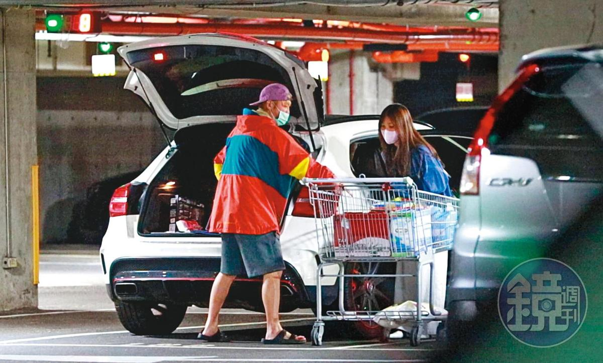 12:39  KID一路把購物車推到自己的白色賓士旁,女友隨後幫忙把東西裝上車。