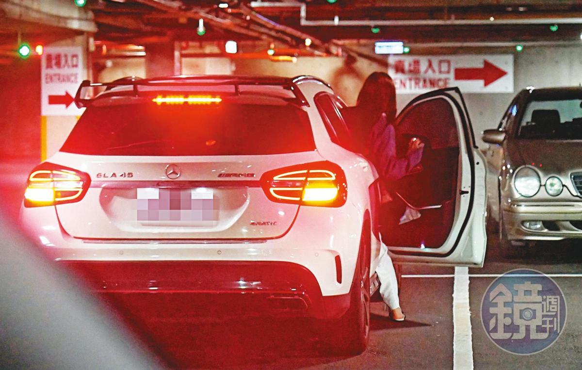 12:43  小許維恩熟門熟路上了KID的賓士愛駒 ,接著直接開車返家 。