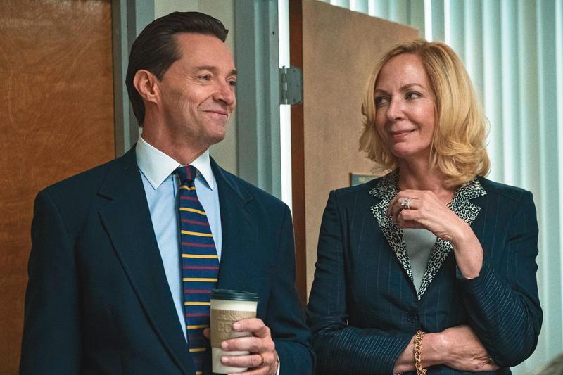 休傑克曼飾演的學區總監與愛莉森珍妮飾演的業務主管利用職權吸金,不料卻被學生報記者踢爆此一醜聞。(甲上提供)