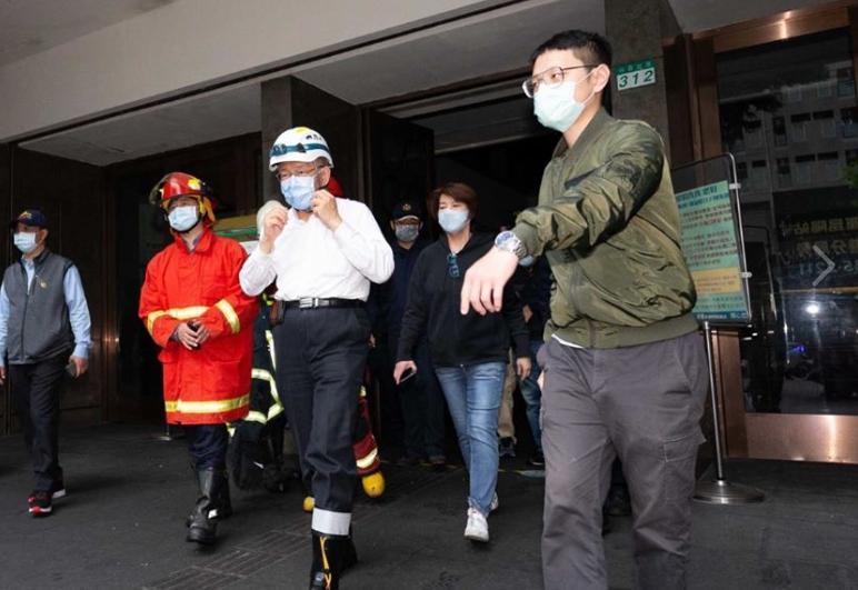 「學姊」黃瀞瑩臉書發文,分享柯文哲趕往錢櫃現場的照片。(翻攝自黃瀞瑩臉書)