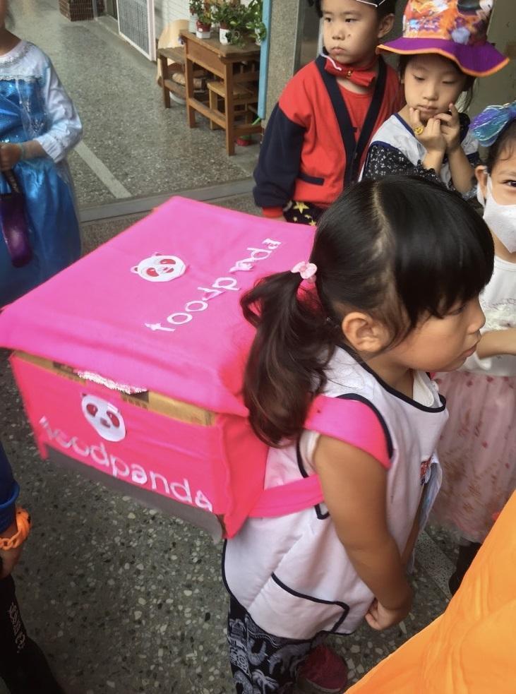 林彥宏去年萬聖節手作熊貓工作箱,讓可愛女兒化身小小外送員,從生活中的點滴看得出他對這份工作的熱愛。
