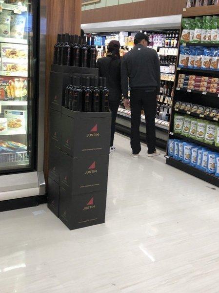 去1月,孫藝珍和玄彬被民眾看到他們在美國超市大方出雙入對。(翻攝自網路)