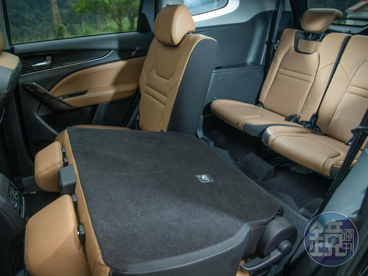URX提供五人座和七人座兩種車型,試駕車是七人座版本。
