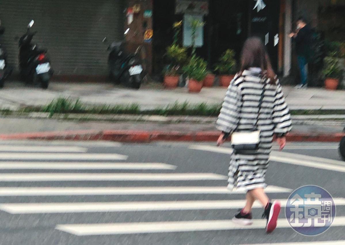 狄鶯現身北市內湖自家附近,走路到日本料理店用餐。