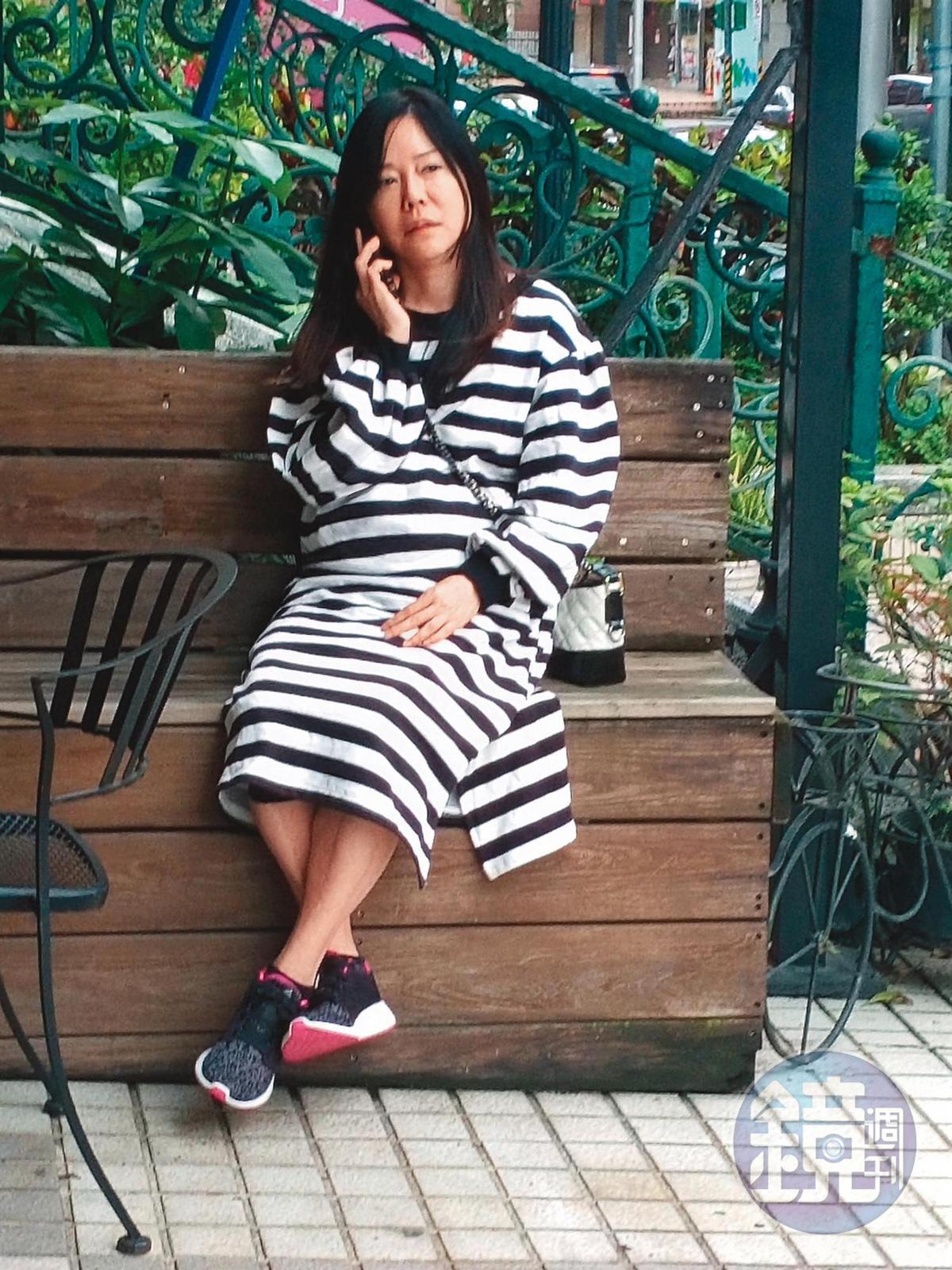 最近忙著寫論文又要照顧臥病媽媽的狄鶯,坐在日本料理店隔壁的咖啡廳外頭講電話,一圈肚子超級明顯。