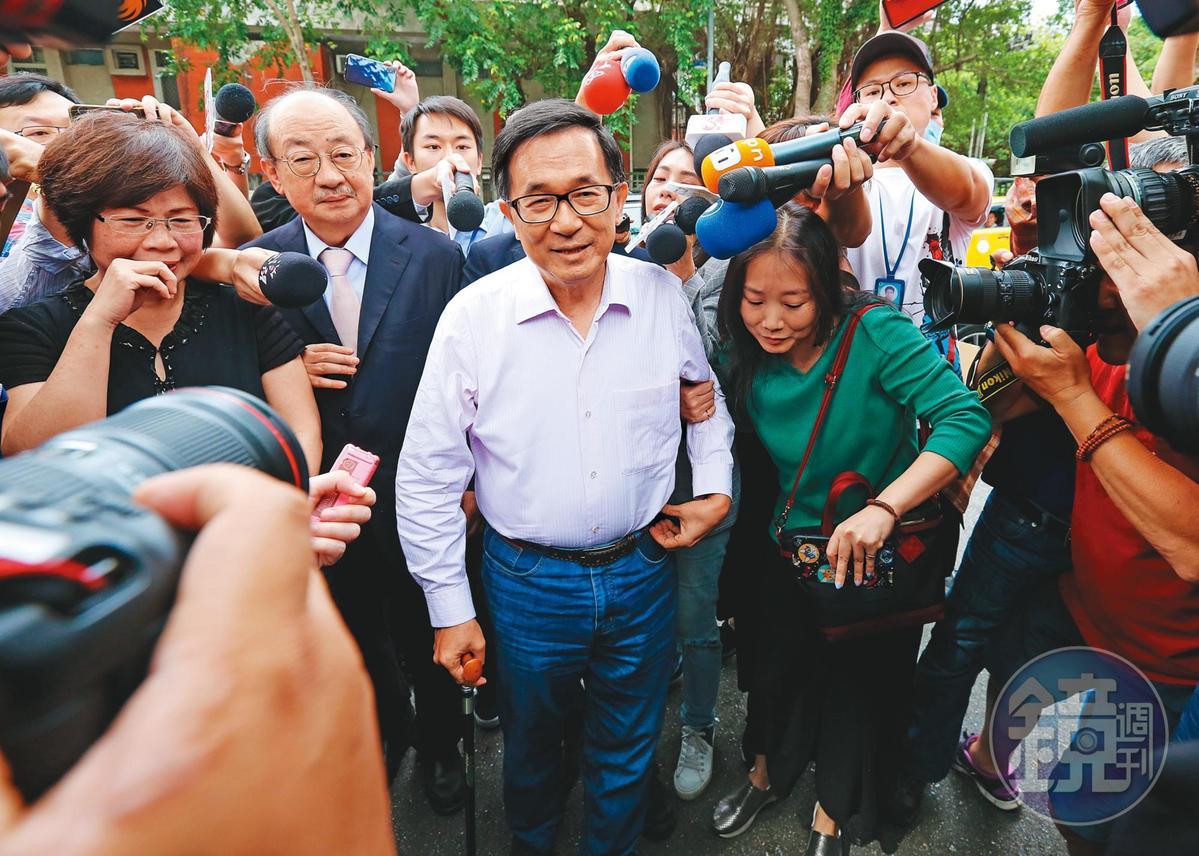 前總統陳水扁(中)在2008年間,曾被騙到黃琪工作室聆聽密宗喇嘛誦經祈福,但他否認曾玩塔羅牌抽到死神,引起各界議論。