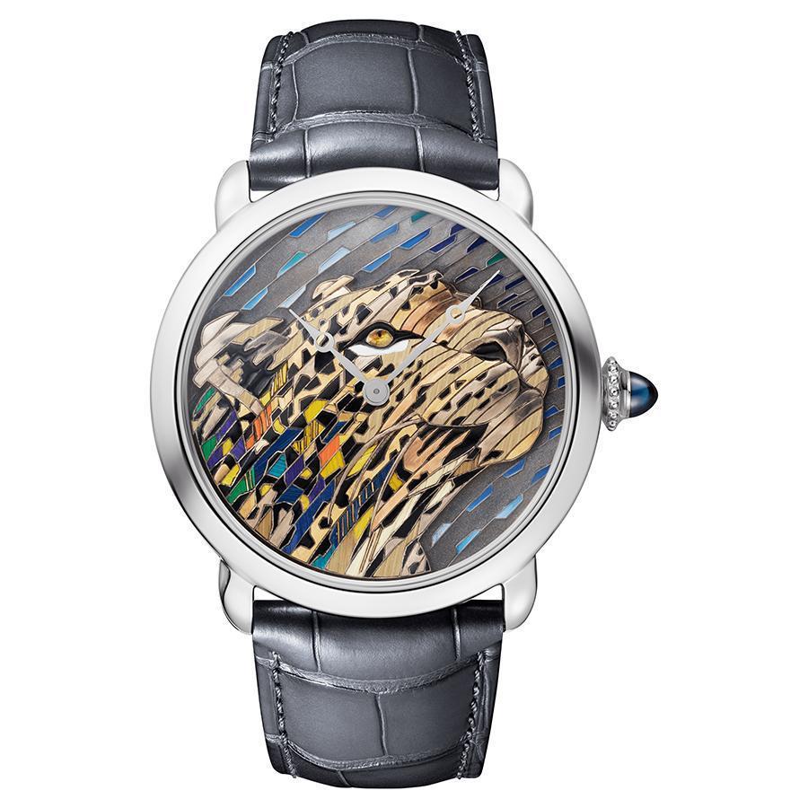 18K白金材質、錶徑42mm、時間指示、430MC型手上鏈機芯、錶冠鑲嵌一顆凸圓形藍寶石、限量30 只、建議售價約NTD 2,320,000