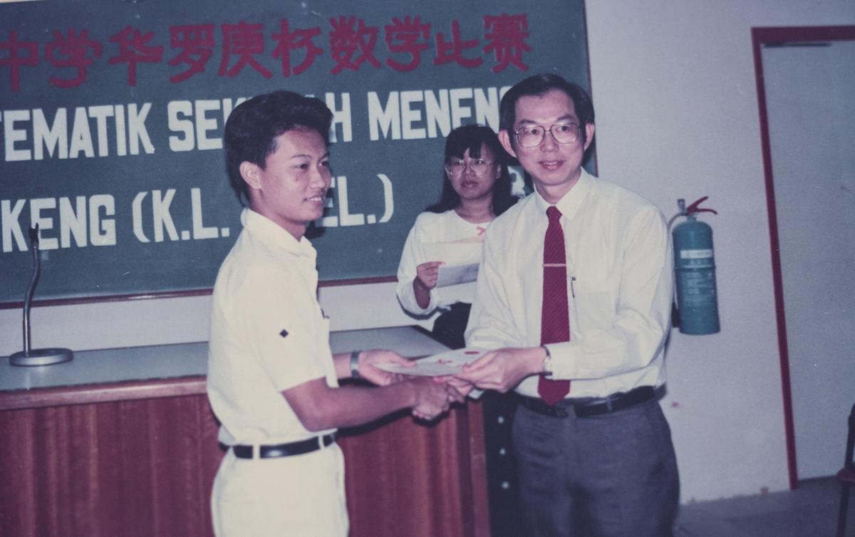 陳志金(左)中學參加華羅庚盃數學比賽獲得第一名,家鄉對他期望高,也有許多恩人、貴人幫助家境清寒的他。(陳志金提供)