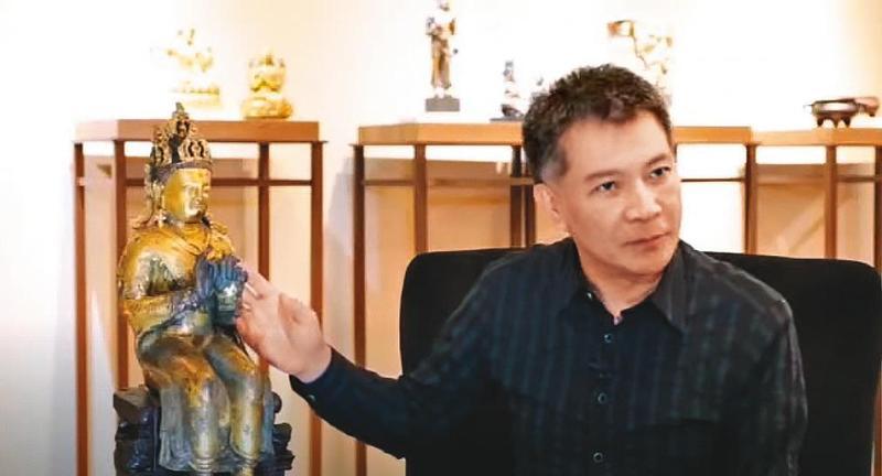 曾是歷史科補教名師的陳國恩,涉嫌以投資古董詐騙講經課學員逾8千萬元遭起訴。圖為2016年陳國恩講解彌勒菩薩坐像,現他已剃髮出家。(翻攝YouTube)