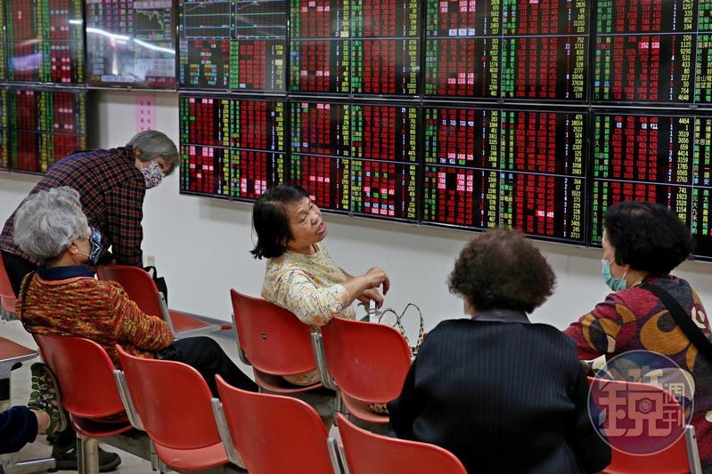 股利所得採「合併計稅」、「分開計稅」二擇一,小股東、股利低於94萬元,選前者較有利。