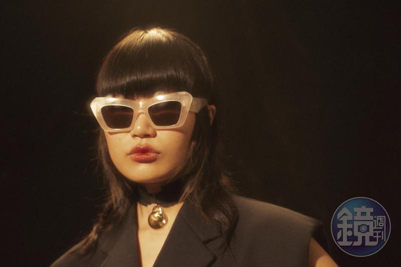 白色膠框太陽眼鏡 NT$10,300 by LOEWE、黑色頸環 NT$22,300 by Chloé、黑色西裝背心 NT$83,500 by MIU  MIU。